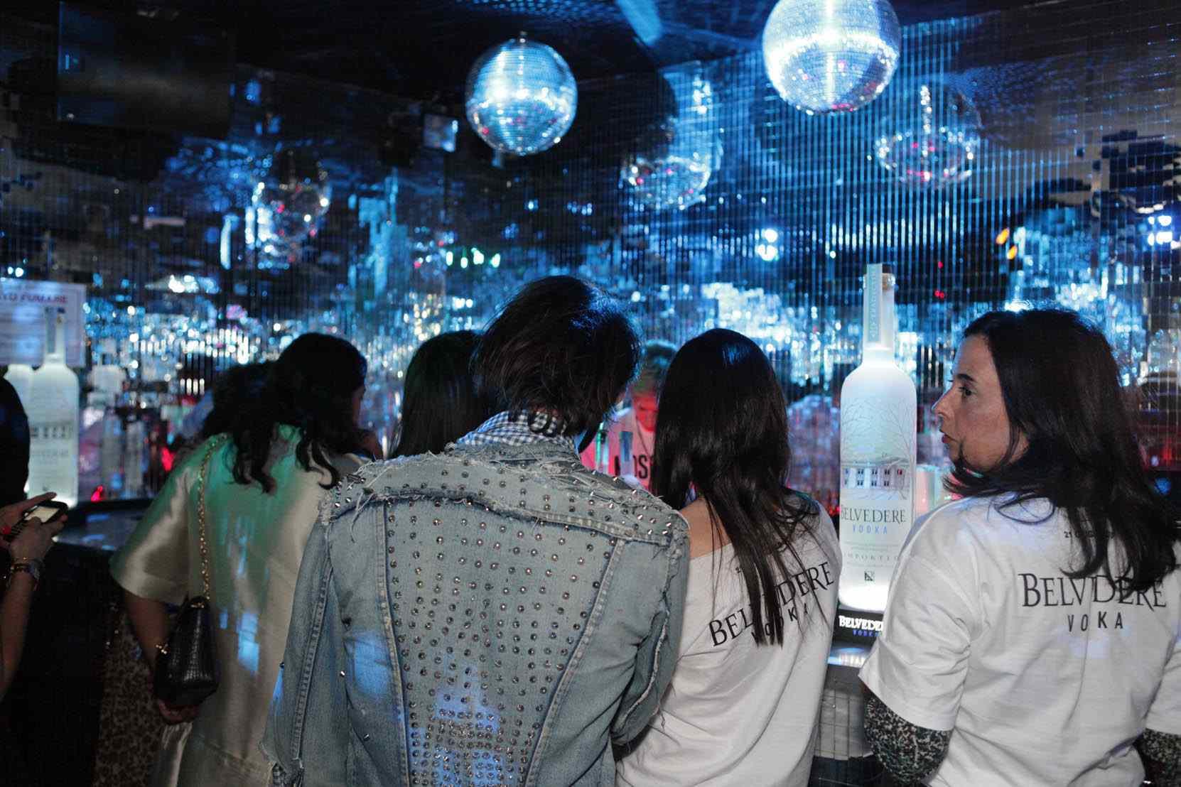 Moschino loves belvedere vodka party plastic milan - Specchi riflessi karaoke ...