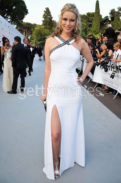 Un abito bianco con spacco e applicazione in pelle nera incrostata di  Swarovski è stato scelto dall attrice Keira Chaplin dbc62badb7f